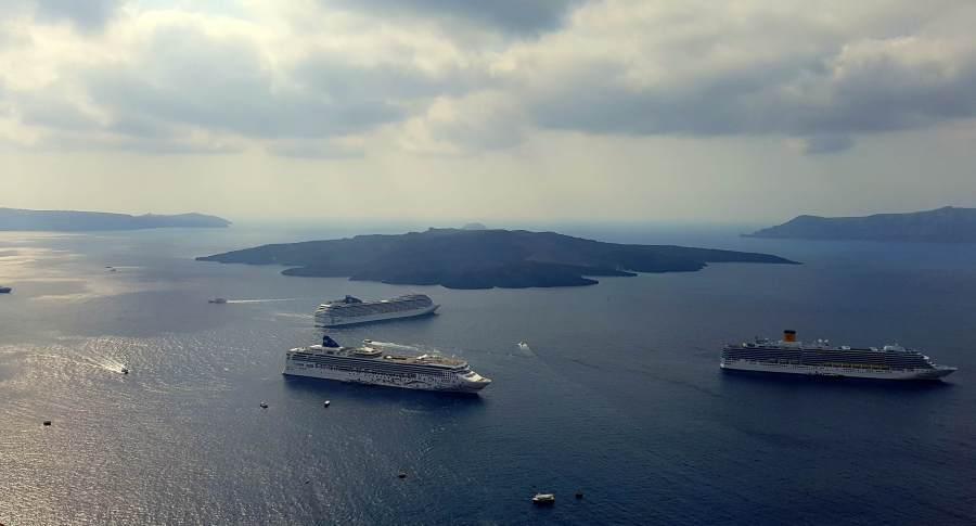 Kreuzfahrtschiffe in Santorini